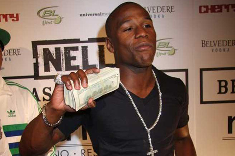 Mayweather flashes cash