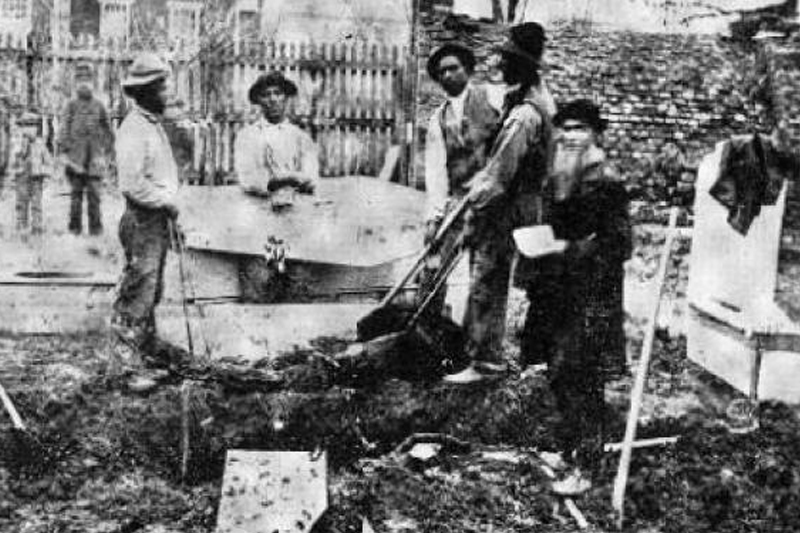 Which black man was responsible for burying bodies at Gettysburg?