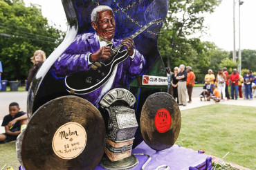 Bidding farewell to a blues legend: Fans walk alongside B.B. King's coffin in public viewing