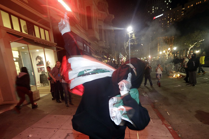Anti-Trump protests turn violent: Cops clash with crowds of 6,000 in Oakland, 7,000 in NYC